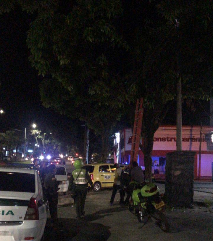 Con escalera Policía tuvo que bajar ladrón que se quería llevar el cableado de semáforo 4