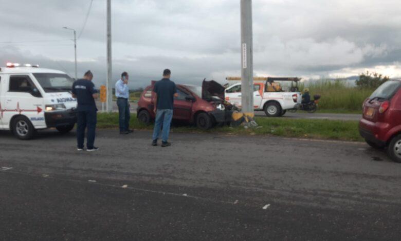 Contra un poste fue a parar vehículo esta mañana en la vía al Aeropuerto Perales de Ibagué 3