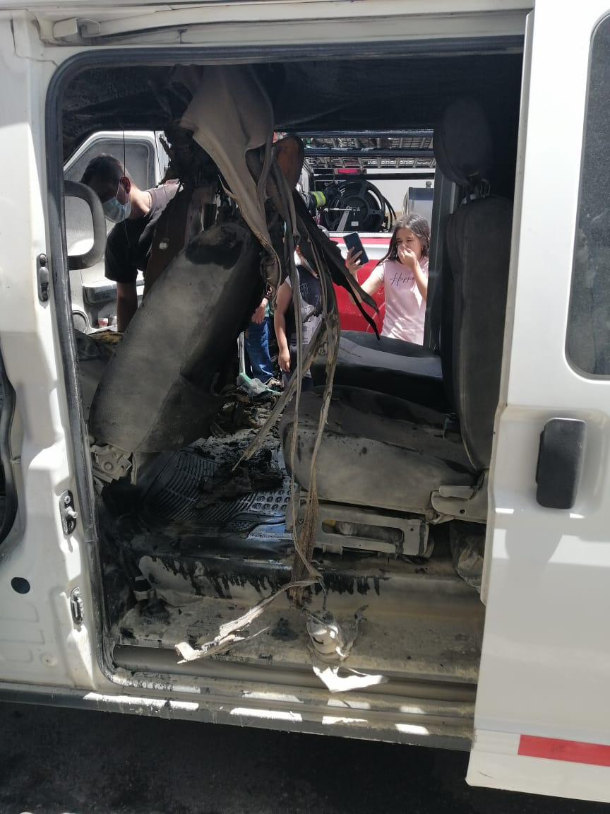 Corto circuito ocasionó incendio de vehículo usado para transporte de pacientes 3