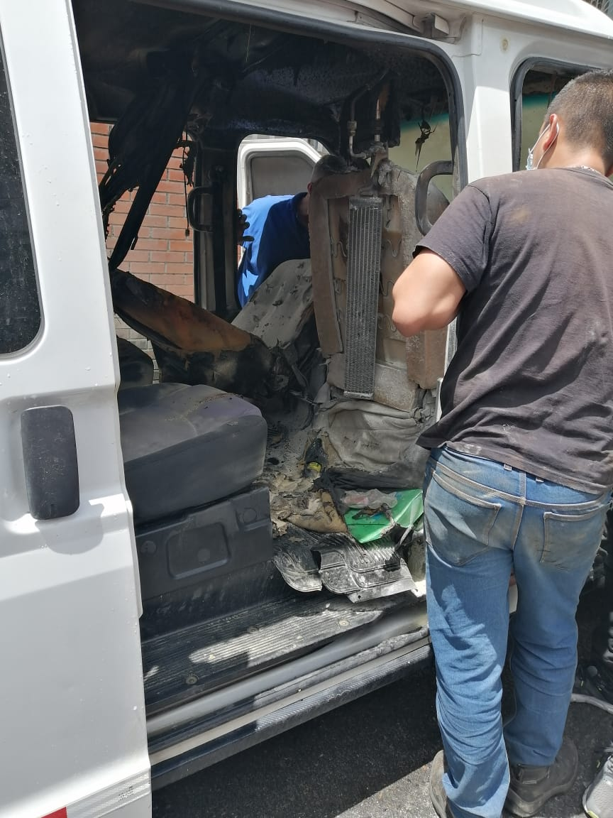 Corto circuito ocasionó incendio de vehículo usado para transporte de pacientes 5