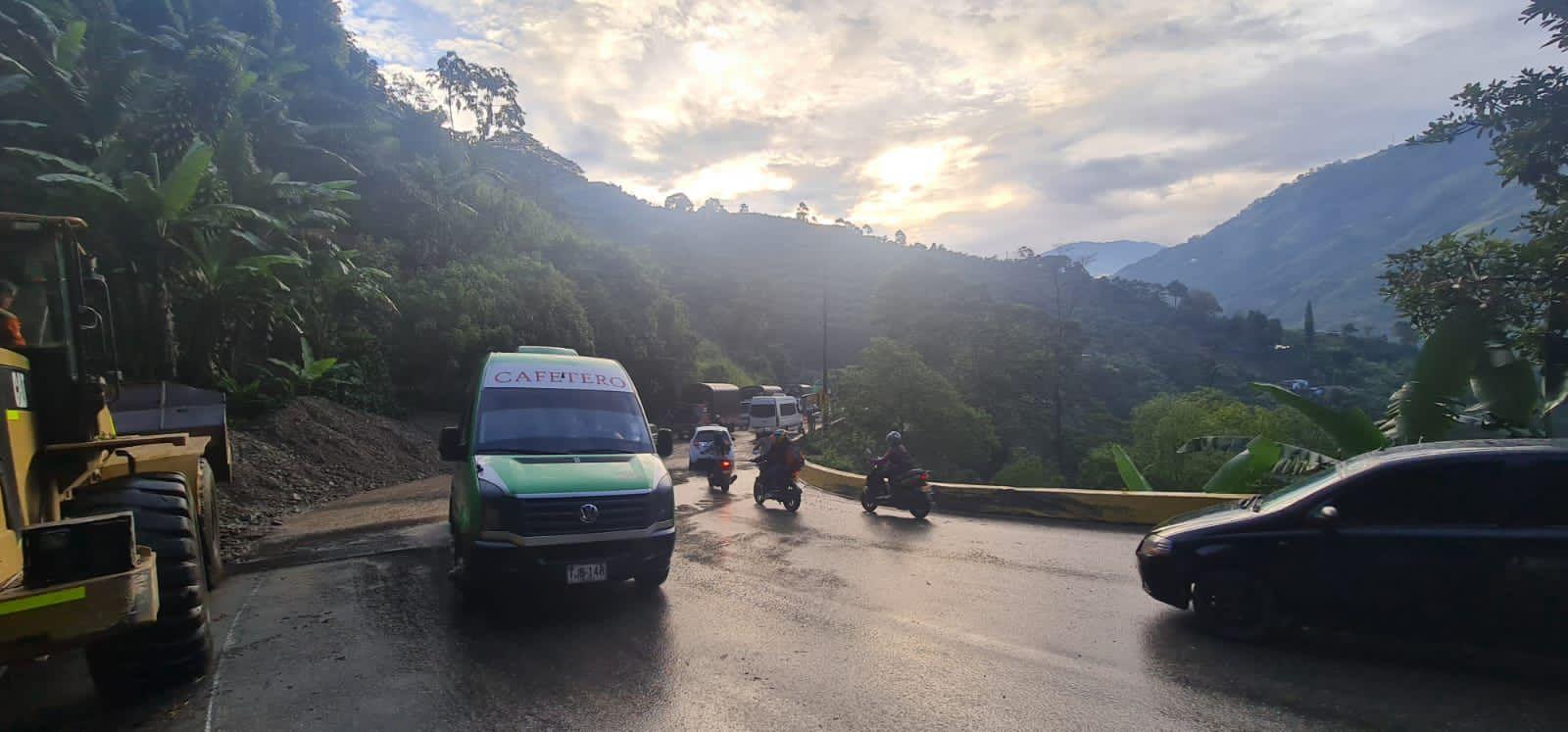 Se habilita la movilidad en la vía Ibagué - Cajamarca tras afectaciones por el invierno 4