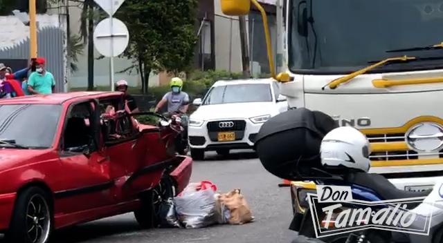 Camión por poco causa tragedia en la avenida Mirolindo 3