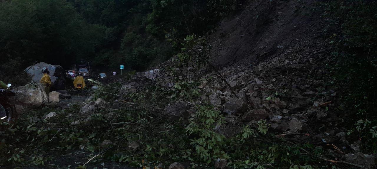 Cierre total de la vía Ibagué-Cajamarca deja derrumbe de piedra y árboles 6
