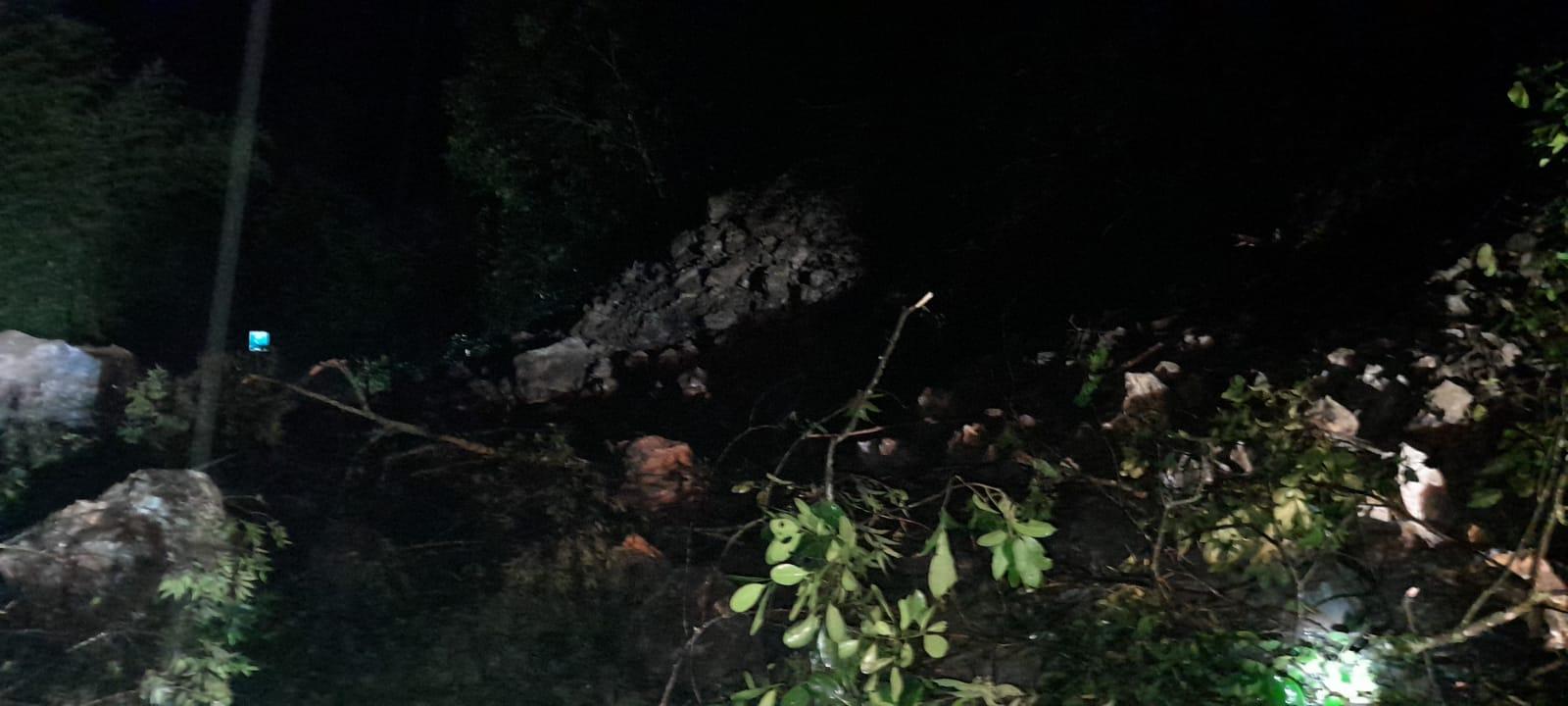 Cierre total de la vía Ibagué-Cajamarca deja derrumbe de piedra y árboles 4
