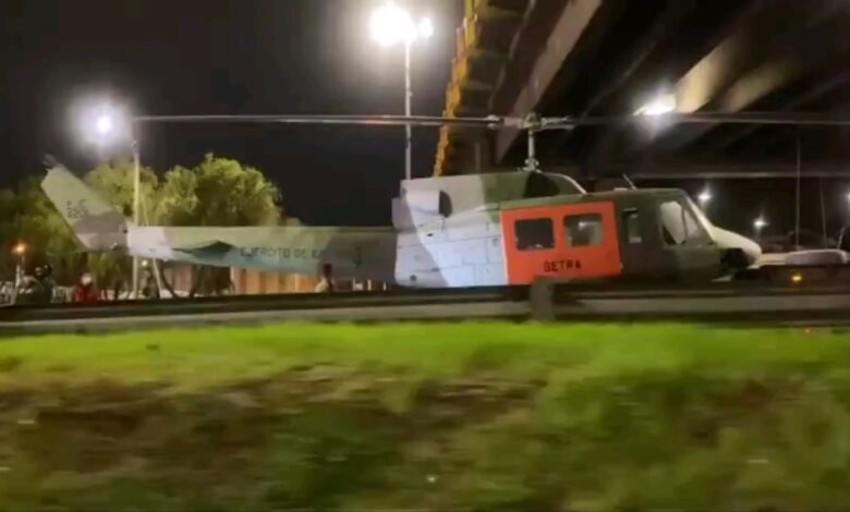 Helicóptero quedó atascado bajo un puente de Bogotá 1