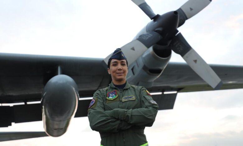 Por primera vez, una mujer vuela al mando del Hércules C-130 5