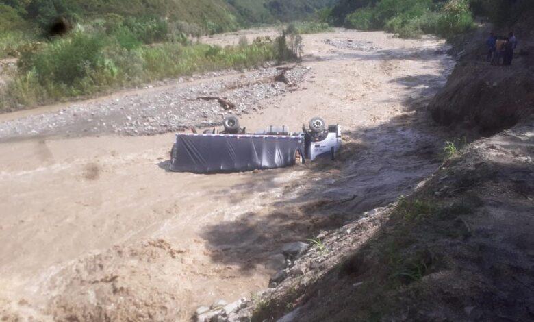 Camión cargado de café cayó al río Cucuana, conductor sale ileso 1