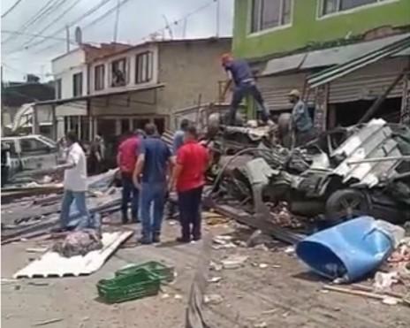 1 persona fallecida, y muchos daños materiales dejo un tracto camión que se quedo sin frenos 1