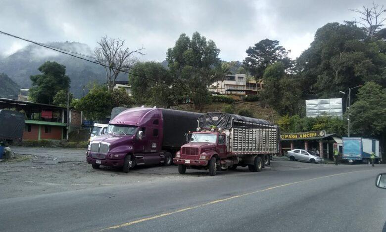 El viacrucis de los transportes ante los constantes cierres de la vía a la Línea en el Tolima 1